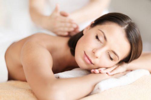 vrouw krijgt massage in massagepraktijk in Leiden